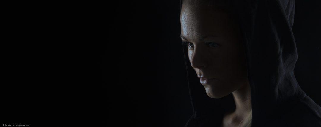 svartvit bild av kvinna